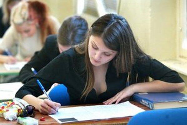 Maturanti dnes majú písomnú časť skúšky z jazyka.
