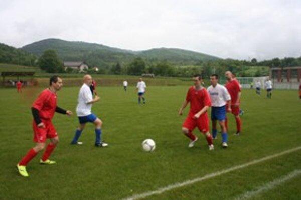 Futbalisti Janovej Lehoty (v bielom) si postup do I. triedy zaistili už v predstihu.