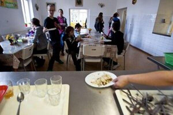 Zmeny v školských jedálňach v Starom Meste vyvolali búrlivú odozvu u rodičov stravníkov.
