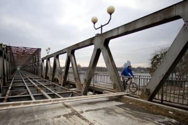 Starým mostom prejdú len peší a cyklisti. Po obnove má ním jazdiť električka do Petržalky.