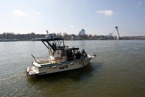 Policajti na hľadanie požičali svoju loď.