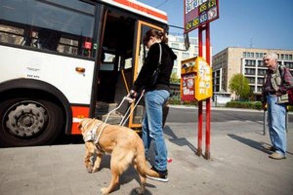 Slabozrakí a nevidiaci pasažieri častokrát nemajú ako zistiť, či prišiel ten spoj, na ktorý čakajú.