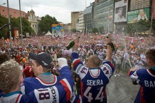 Vlaňajšie vítanie strieborných hokejistov.
