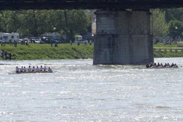 Po Dunaji sa dnes plavili lode reprezentujúce tri univerzity.