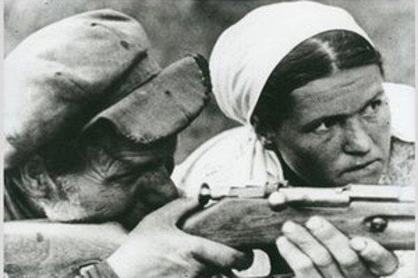 Fotografia Dmitrija Černova Partizáni dediny N., z augusta 1941 pochádza zo zbierky Ruského štátneho archívu filmu a fotografie.