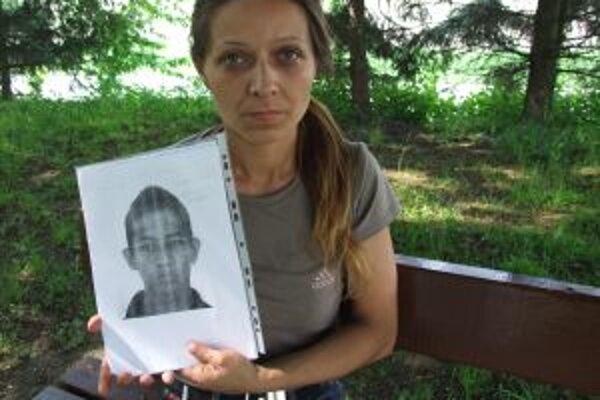Anna Rafaelová s fotografiou syna Ivana, ktorý je už viac ako mesiac nezvestný.
