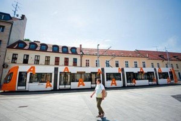 Pred rokom v Bratislave testovali aj nízkopodlažnú modernú električku Bombardier. Pre problémy so súťažou zatiaľ nové električky nebudú.