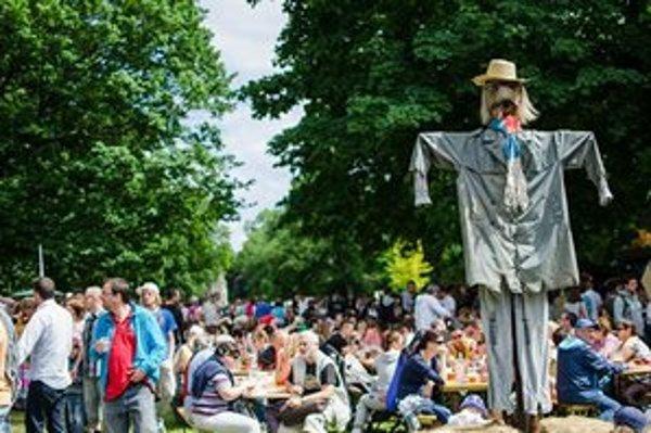 Bratislava si prvýkrát vyskúšala farmárske trhy. Akcia trvá do nedele. Farmárov pripomína strašiak v Sade Janka Kráľa.