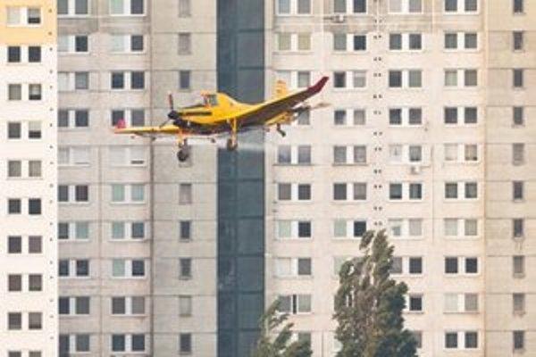 Lietadlo robí postreky proti komárom. Nejde o klasické práškovacie lietadlo. Má prirobené difuzéry, ktoré pilot reguluje klapkami.
