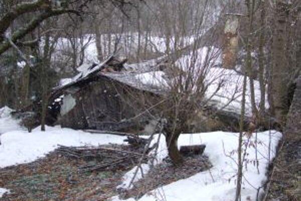 Zrútená strecha. Majiteľku domu museli evakuovať.