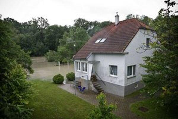 Dunaj zaplavil domy na Devínskej ceste.