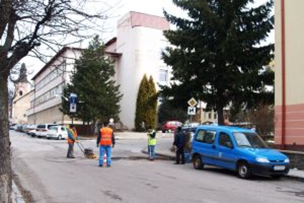 V utorok začali na Matunákovej ulici opravovať výtlky, dnes zasiahol Kremnicu mrznúci dážď.