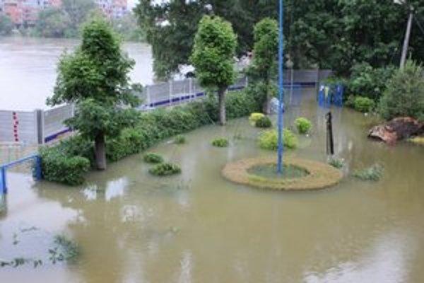 Zaplavený areál lodenice v Karloveskej zátoke.