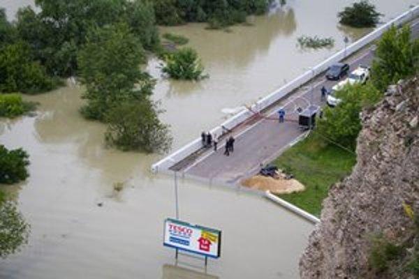 Situácia na uzavretej ceste medzi  Devínskou Novou Vsou a Devínom.