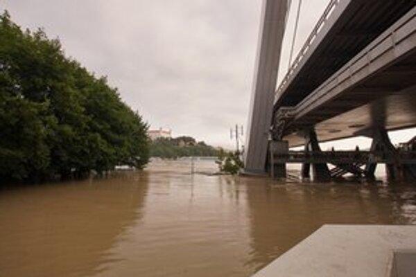 Rozliaty Dunaj na petržalskej strane.