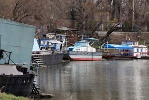 Oblasť v okolí Karloveského ramena čistia a rátajú škody.