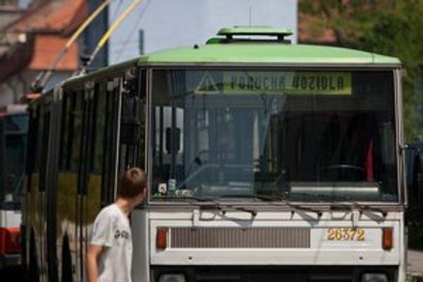 Vysoké teploty dávajú zabrať aj autobusom.
