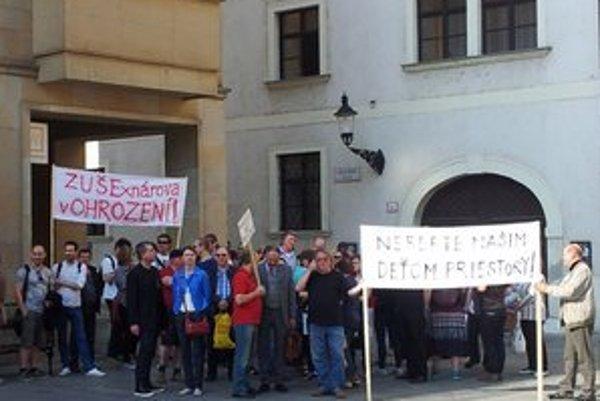 Rodičia protestovali v apríli na primaciálnom námestí.