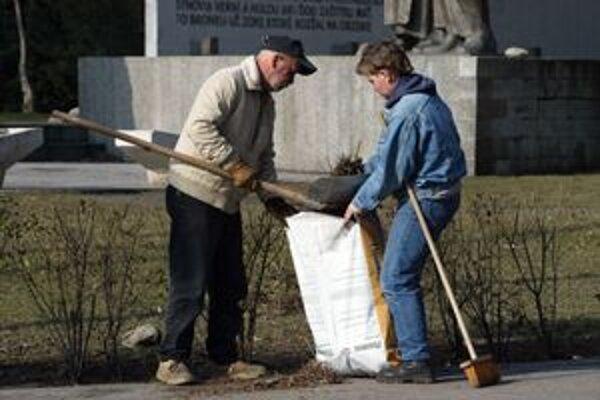 Nezamestnaní v Petržalke zarobia podľa počtu hodín zarobia od 60 do 190 eur týždenne.