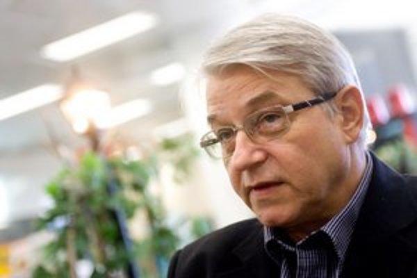 Martin Chovanec je riaditeľom  vydavateľstva Slovenský spisovateľ od roku 1990, keď vyhral konkurz. Odvtedy vydal asi 1400 kníh. Začínal ako programátor vo výpočtovom stredisku, študoval automatizovane systémy riadenia na Vysokej škole ekonomickej v Brati