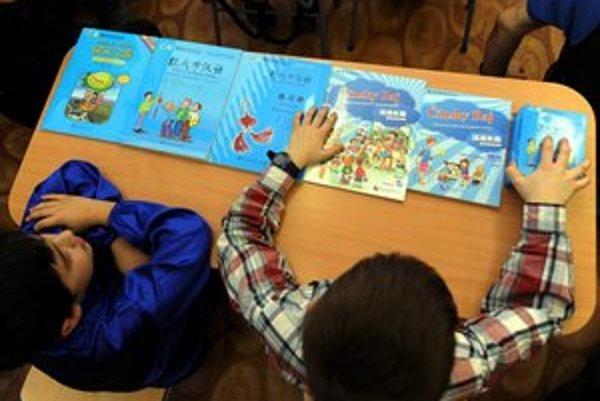 Čínština je na základnej škole nepovinným predmetom, deti sa učia zadarmo, dospelí majú za kurz platiť.