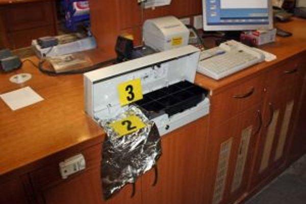 Zlodej si zobral peniaze z kasy.