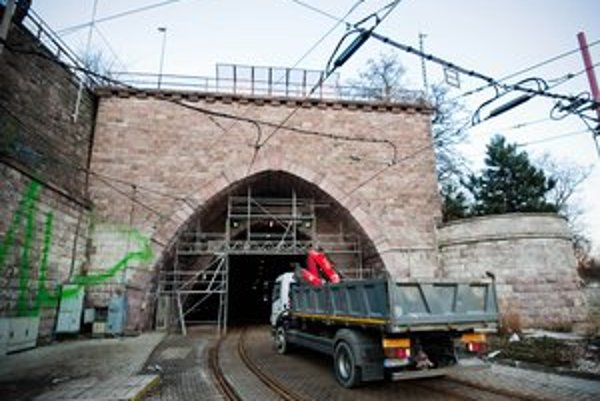 Tunel je zatvorený od 2. februára. Električky jazdia obchádzkou po nábreží.