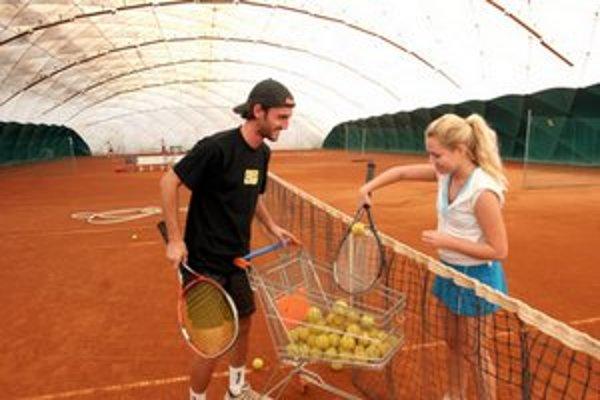 Tenis sa už začína hrať aj vonku.