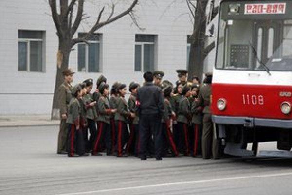 Električka s logom ČKD v severokórejskom Pchjongjangu.