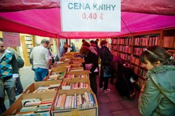 Burza kníh na dvore Mestskej knižnice na Klariskej ulici sa začala už dnes.