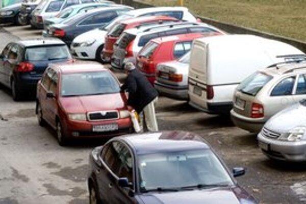 Parkovanie v Petržalke je veľkým problémom. Ľudia musia odtláčať cudzie autá, aby sa dostali von.