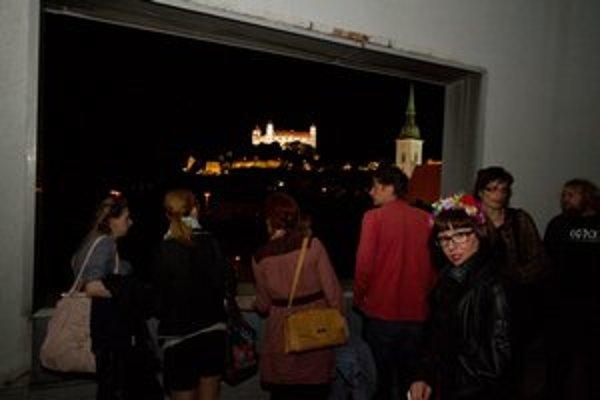 Počas Noci múzeí sa konali aj viaceré netradičné prehliadky. Na fotografii si návštevníci prezerajú priestory Slovenskej národnej galérie.