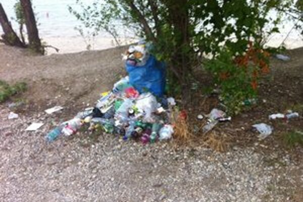 Okolie jazera budú upratovať dobrovoľníci.