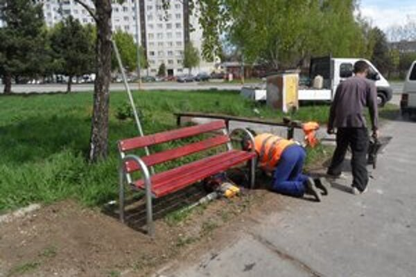 Nové lavičky pribúdajú.
