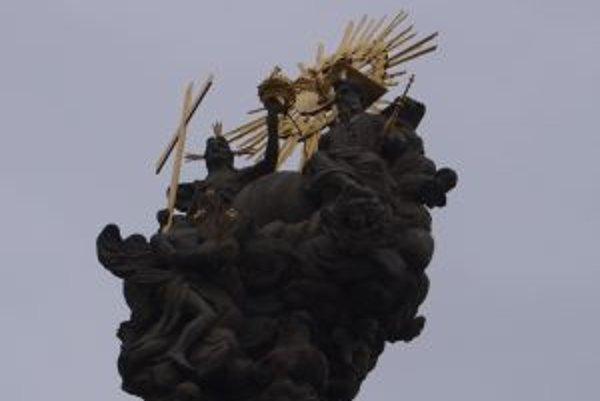 Morový stĺp na seba upútal pozornosť ľudí pre opadávanie kúskov zlata, no aj pre kurióznu nehodu, pri ktorej prišiel o hlavu archanjel Gabriel.