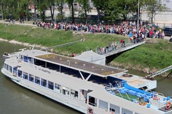 Loďou Martin sa chcú previesť davy, teda najmä vtedy, keď je jazda zadarmo. Pravidelne to býva  počas víkendu Bratislava pre všetkých.