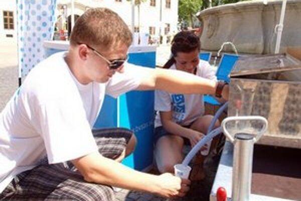 V horúcich dňoch treba dodržiavať pitný režim.
