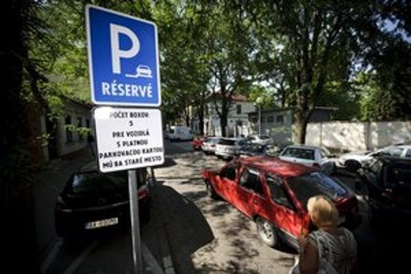 Vyhradené parkovacie boxy zrušia, platiť sa bude takmer na všetkých miestach.