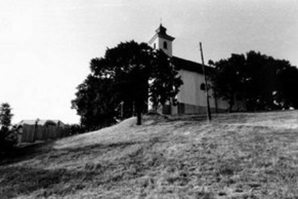 Základný kameň kaplnky za prítomnosti celej mestskej rady, početného duchovenstva a iných význačných osobností posvätil 25. júna 1680 bratislavský prepošt Ján Kalmanczay.