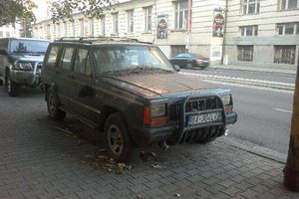 Parkovacie miesta zaberajú staré autá aj celé roky.
