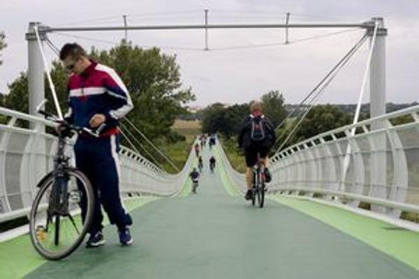Cyklomost vedie do rakúskeho Schlosshofu. Funguje už od augusta.