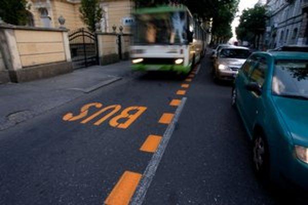 Autobusy na Štefánikovej podľa dopravného podniku ušetrili vďaka buspruhu jeden až jeden a pol minúty.