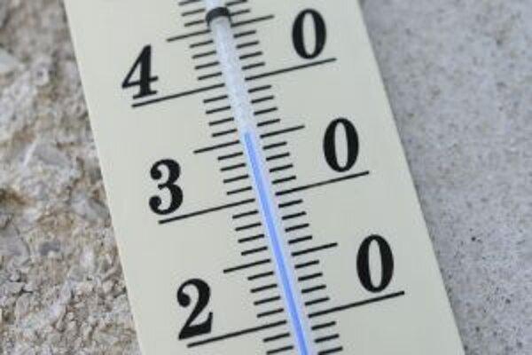 V dňoch, keď sa teplota šplhala niekoľko stupňov nad tridsiatku, nasadili v Žiari nad Hronom do terénu kropiacu techniku.