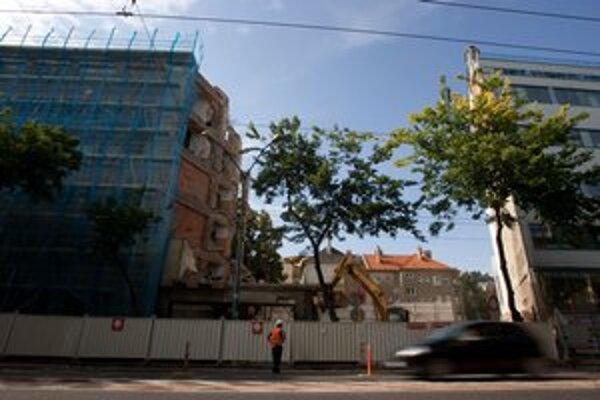 Na Štefánikovej búrajú dom. Stavba obmedzuje dopravu.