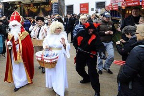 Prednosta Sven Šovčík a starostka Tatiana Rosová sa na vlaňajších vianočných trhoch spolu s primátorom Milanom Ftáčnikom zabávali v prezlečení za rozprávkové bytosti.