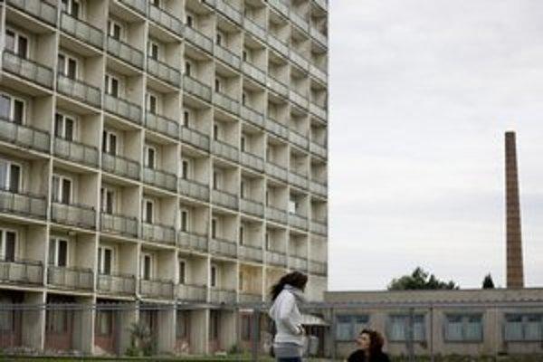 Odrezané sídlisko Kopčany s ubytovňou a pár panelákmi.
