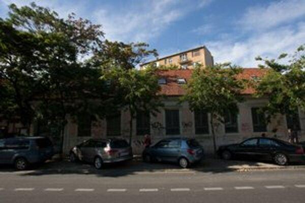 Zničená budova na Mýtnej, prerobiť ju chcú na denné centrum pre bezdomovcov.