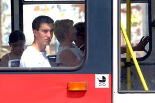 Dusno je v horúčavách najmä v autobusoch mestskej hromadnej dopravy.
