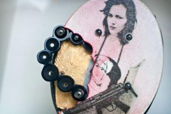 Kurátori výstavy zháňali diela šperkárky a výtvarníčky aj od súkromných vlastníkov.