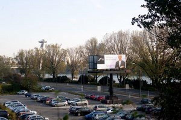 Zuckermandel má stáť aj na mieste dnešného parkoviska pri troch vysokých panelákoch. Z nábrežia podľa úradu padnú len tri stromy.